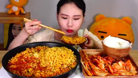 韩国美女卡妹,吃大锅鸡蛋辣面、大碗米饭和泡菜,吃得真美味