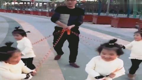 老父亲用防丢绳带四胞胎姐妹出去玩,接下来萌宝的动作把人笑喷了