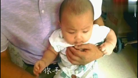 四个多月萌娃吃西瓜停不下来,小手抓住不放好可爱!
