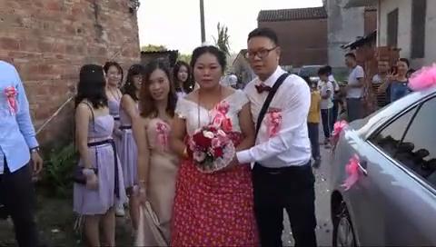 广东农村一对新人结婚,新娘子怀孕了,双喜临门,新郎乐开了花