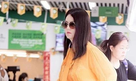 李湘开直播卖卫生巾,中途不小心关掉美颜,43岁的颜值很真实