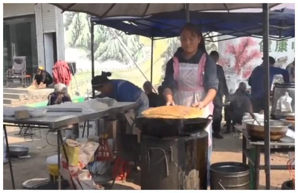 安徽集市上的传统早餐,超大锅盔馍先煎后炸,配一碗豆面条真舒服