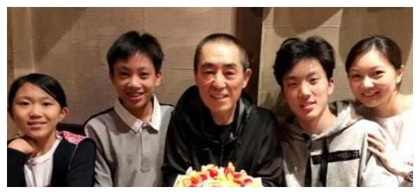 68岁张艺谋庆生照曝出,一家五口齐出镜,娇妻陈婷年轻得像女儿!