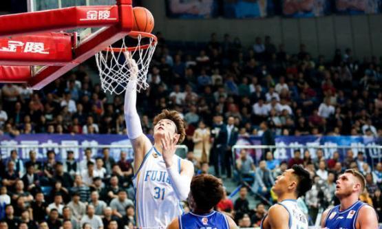 手握三核!睢冉正式与王哲林签约,球迷看法不一:也就靠这一代?