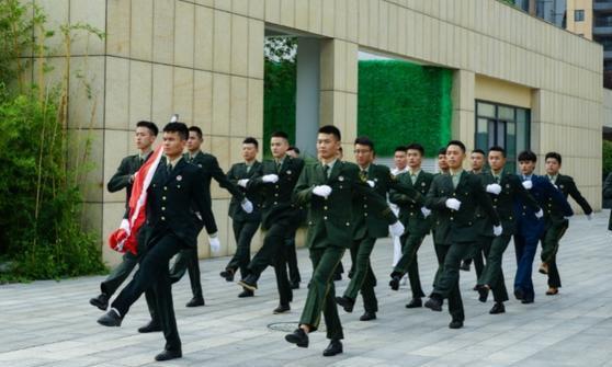 军旅生活练就昂扬精神状态退伍军人为京东优质服务添砖加瓦