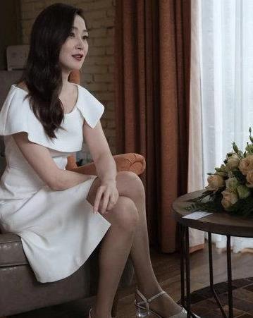 她是香港第一美腿,甄子丹曾为她离婚,今49岁成冻龄女神