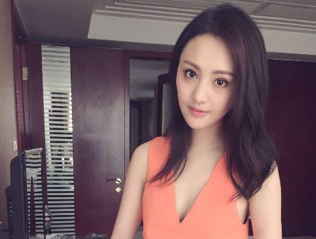 网友偶遇郑爽,和赵宝刚现身北京大学,网友:这次的造型很酷炫!