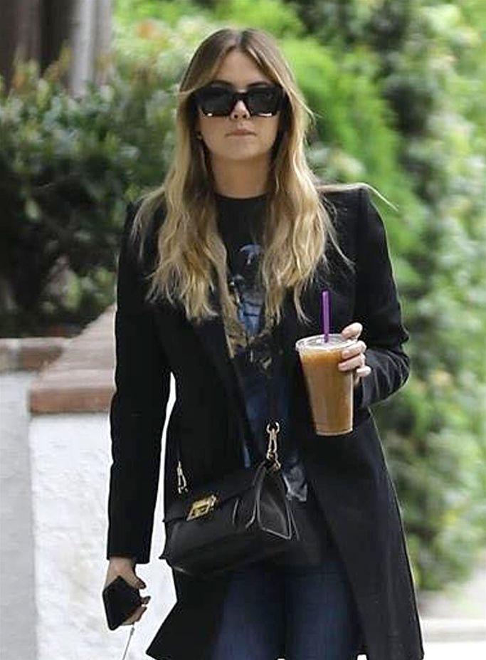 艾什莉·本森架黑超潇洒时尚 街头喝咖啡似行走画报