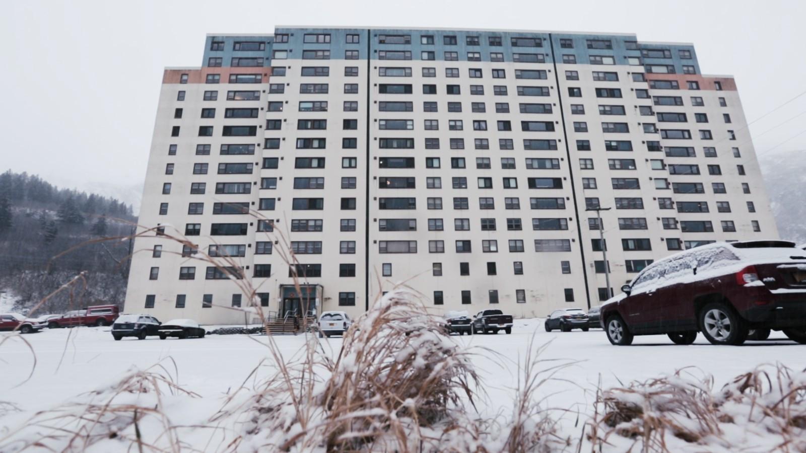 美国小镇居民因惧怕寒冷搬进同一幢楼,而俄国网友表示简直太弱了