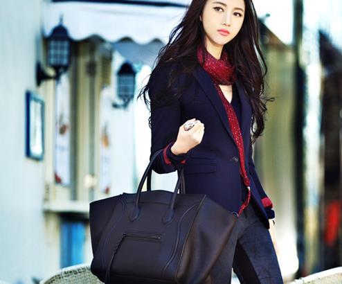 韩雯雯为某杂志拍摄了一组街拍写真,眉清目秀婉约清丽