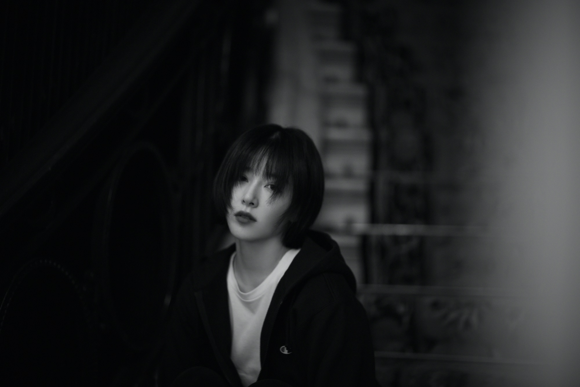 阚清子发布极简黑白写真  粉丝开启文案创作大赛模式