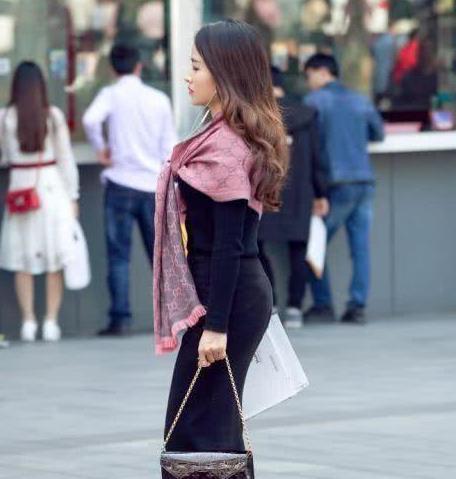 路人街拍:具有时尚潮流魅力的小姐姐们,她们的搭配是王者级的!