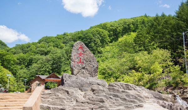 东北最陡峭的山峰,接近90°的阶梯,比肩华山之险