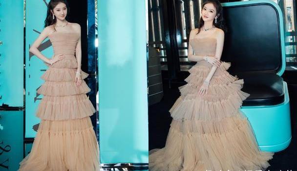捕捉到一枚超温柔的景甜,身穿一袭奶茶色长裙清新淡雅,甜美动人
