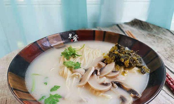 鱼面条汤,美味早餐,美味的汤,营养丰富,满满一碗的腹部能量