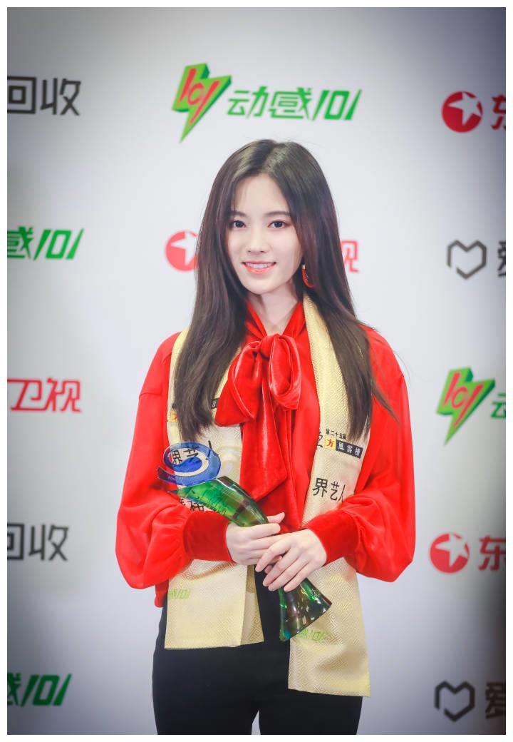 鞠婧炜获年度跨界艺人奖,穿白色礼服太仙了!