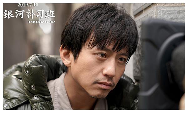 俞白眉在邓超面前优越感强,采访里邓超低头不语,全程给他举话筒
