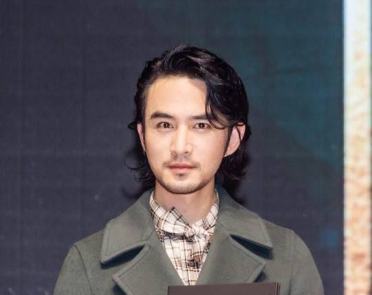 张晓晨亮相某时尚盛典 一身墨绿色西装 身姿挺拔凸显轻熟男魅力!
