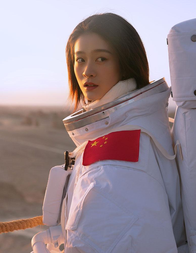 张雪迎火星大片曝光 宇航员造型彰显未来感