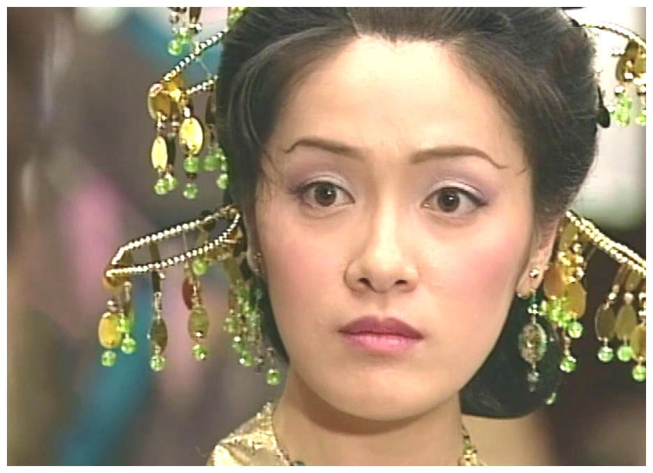 《无头东宫》中女主楚楚有三张脸,佘诗曼很清纯,向海岚最优雅