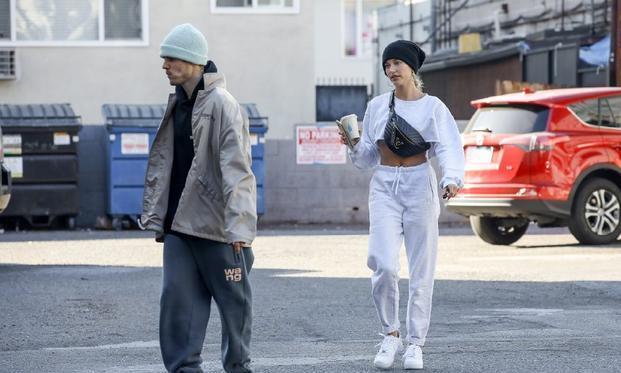 贾斯汀·比伯夫妇现身街头!比伯穿成了小老头,妻子露脐装超抢眼