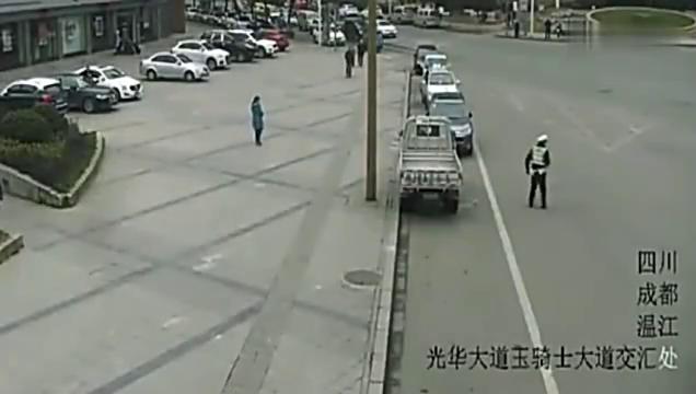 交警死死拉住这位女司机的车门,事故还是发生了
