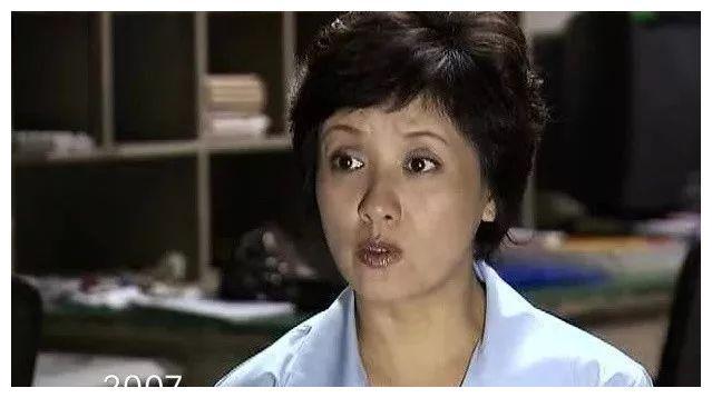 2007年,邓婕剪去长发,短发的她看起来精干大气了不少,身上也多了几分图片