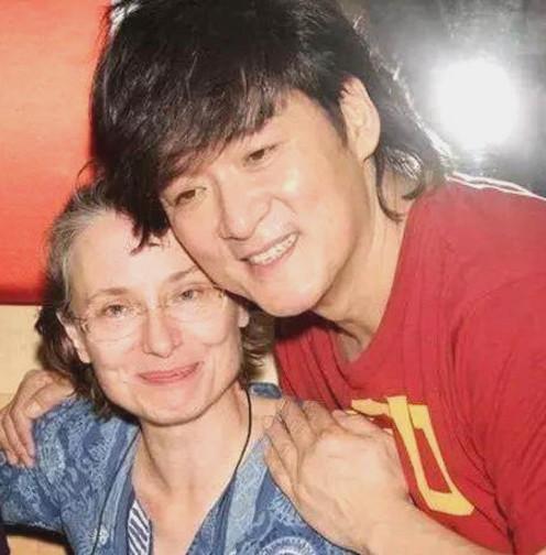 周华健妻子近照,曾经美丽动人,如今白发苍苍似70岁老太!
