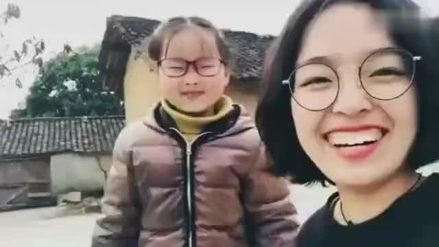 """章子欣两年前视频曝光:""""奶声奶气""""向姐姐撒娇 对镜头腼腆微笑"""