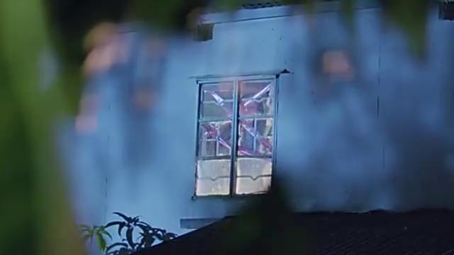 朱丽叶与梁山伯:美女关窗户,男子发现不对破门而入,幸好及时