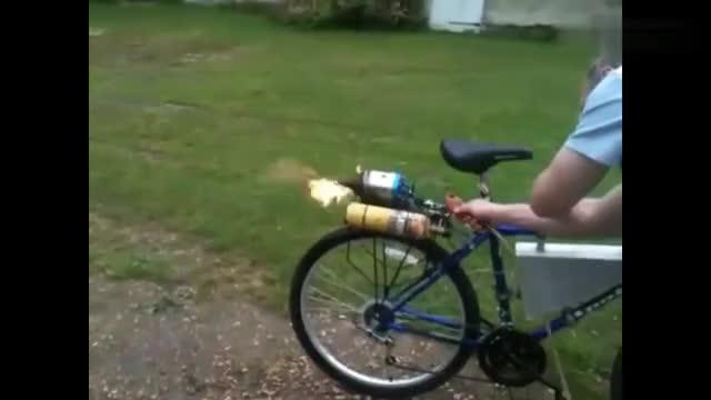 把煤气瓶放在自行车上小伙瞬间觉得自己变成了富二代