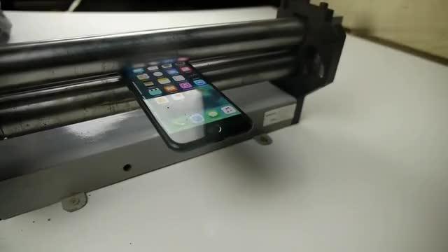 把iPhone8手机放金属简碾压结果会怎样