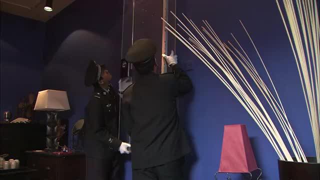 案发现场:古玩大佬家中,暗藏玄机,警方专业设备寻找真品