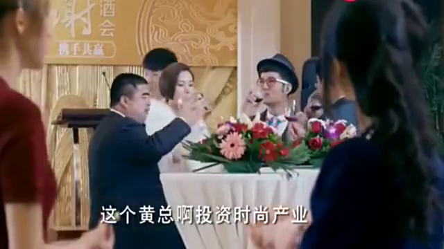 女孩来参加酒会,在衣服上别了一条丝巾,不料一眼被总裁看上