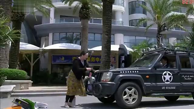 男子开车车都停啦 还一女的撞上来 接下来男子高兴坏啦