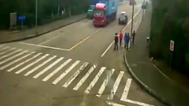 几名工人横穿马路去吃饭,下一秒悲剧发生了监控拍下全过程