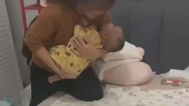 瞧瞧奶奶这排雷式的放娃简直是太搞笑了,难道是怕宝宝炸掉