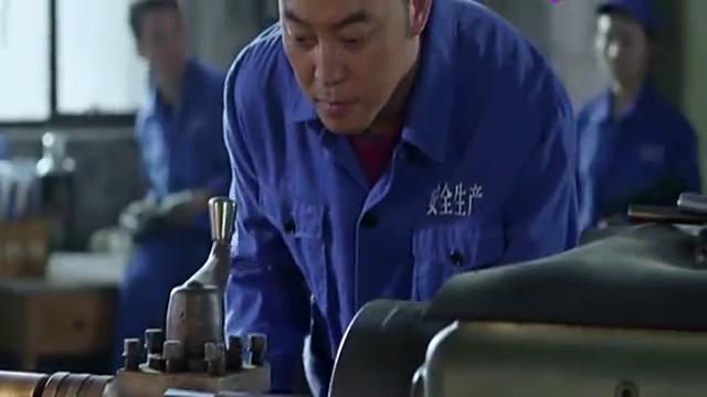 女子去工厂参观,不料辫子卷进机器里,结局太赞啦