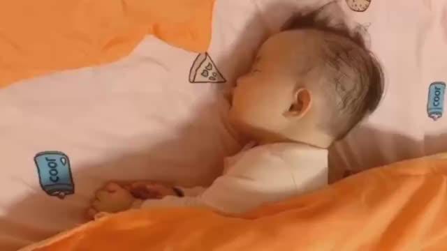 你以为宝宝是这样睡觉的,但被子掀开后其实他是这样睡的