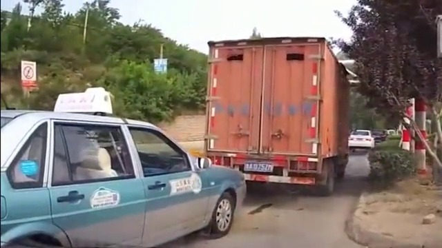货车司机开车玩手机,瞎着眼睛往前挤,这下卡住了吧