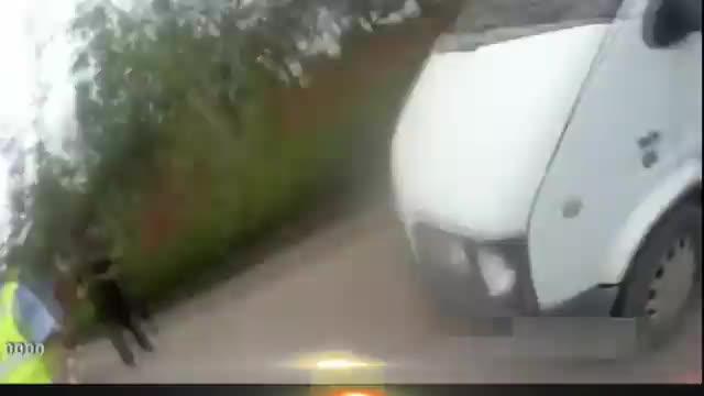 6座面包车竟塞进了16人司机还是无证驾驶交警看了都后怕