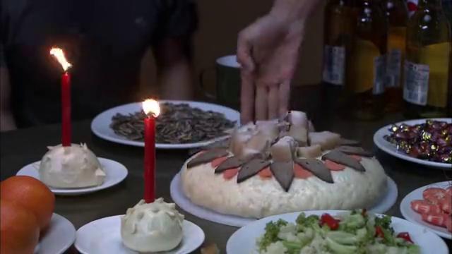 火蓝刀锋:海训场生日会,蛋糕上全是肉,蒋小鱼一下想到是谁了