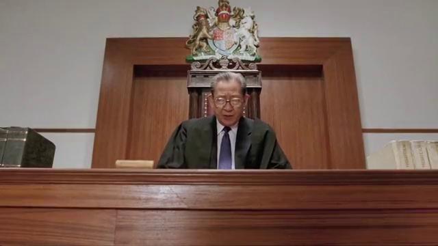 法官判男子保释,没想到男子却嫌弃罪名太轻,拿鞋丢法官求重判