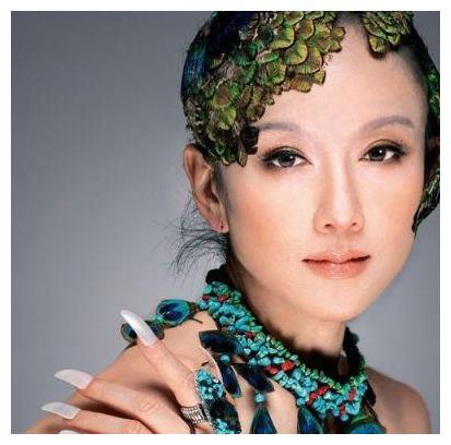 杨丽萍回农村娘家,被街坊跟拍发飙,与母亲吃粗茶淡饭不摘墨镜!