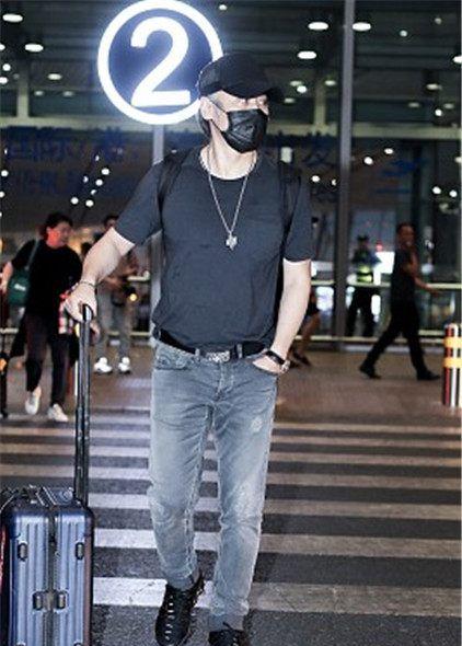 国民大叔!吴秀波机场亮相,口罩帽子全副武装,黑色T恤酷劲十足