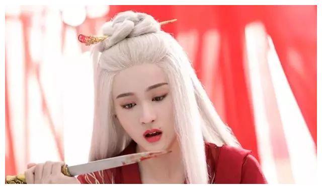 虽然张雪迎在《白发皇妃》扮演的女一容乐已经从白发变成了黑发,但她