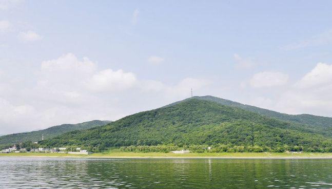 拉法山是古代道士修炼之所,曲径通幽,山中古木参天浓荫蔽日