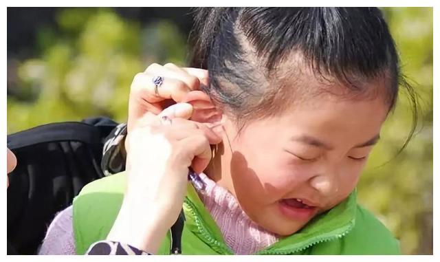 5岁孩子不停地掏耳朵,手电筒一照医生都吓坏了:早该来医院了