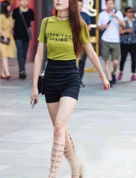 街拍:环肥燕瘦的小姐姐,一件绿色短袖配黑色短裤,时尚魅力风采