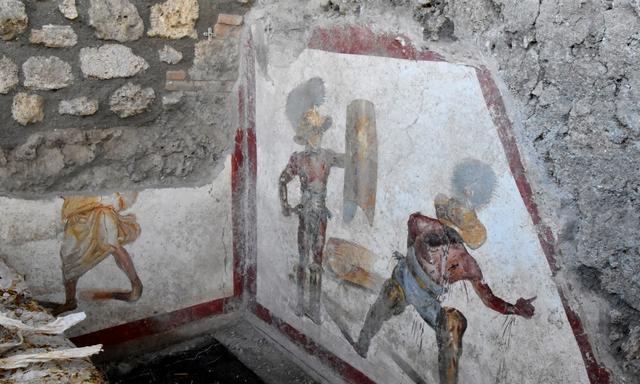 庞贝古城发现一面壁画,还原角斗士战斗:战败者伸出一根手指指天
